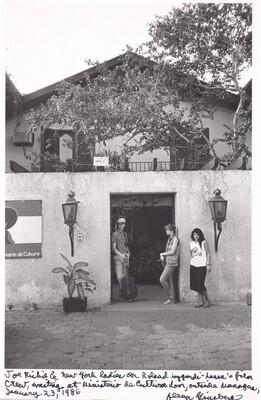 Joe Richey and New York ladies on Roland Leggiardi-Laura's film crew, waiting at Ministerio de Cultura door, outside Managua, January 23, 1986