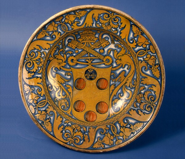 Large dish with plant-pattern border; in the center, the arms of a Medici pope