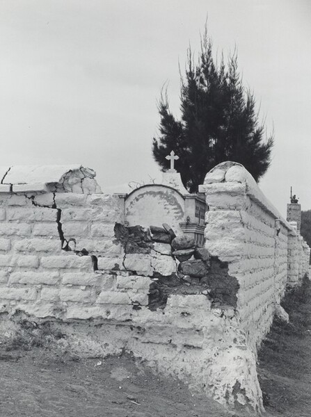 Barda de panteon (Enclosed cemetary)