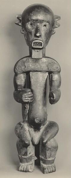 Figure Holding a Knife, Pahouin