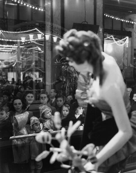 Store Window at Printemps, Paris (Vitrine magasin du Printemps, Paris)