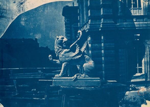 Sculpture de griffon sur un chantier à Marseille (Sculpture of a Griffin on a construction site in Marseille)