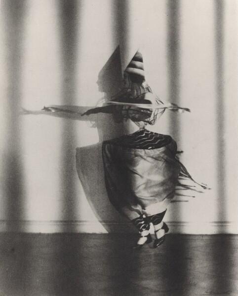 """Lieselotte Felger, die Wespentaille in dem Tanz, der Kreisel, Berlin (Lieselotte Felger as """"Die Wespentaille"""" in the Dance """"Der Kreisel,"""" Berlin)"""