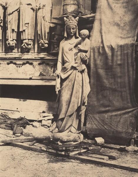 Vierge à l'enfant sculptée par Geoffroy-Dechaume, chantier de la cathédrale Notre-Dame, Paris (Madonna and Child, sculpted by Geoffroy-Dechaume, Notre-Dame Cathedral, Paris)